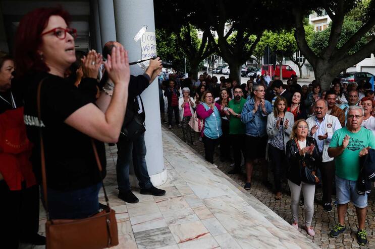 Mais de uma centena de pessoas em defesa daPSPem Massamá