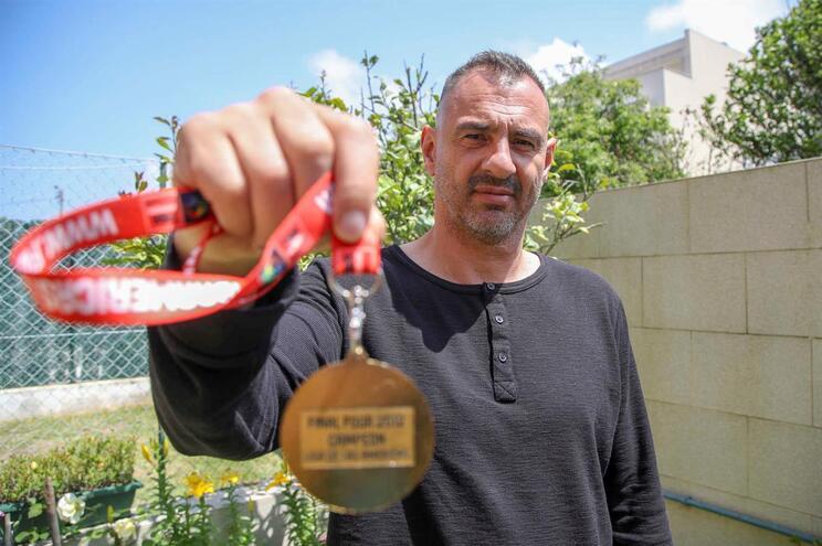 Pedro Nuno exibe, orgulhoso, a medalha de vencedor da Liga das Américas