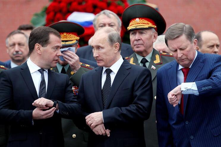 Dmitry Medvedev e Vladimir Putin acompanham-se nos corredores do poder há duas décadas. Vão continuar