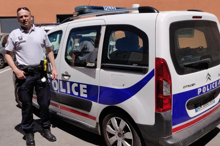 Um dos polícias que ajudou Loic