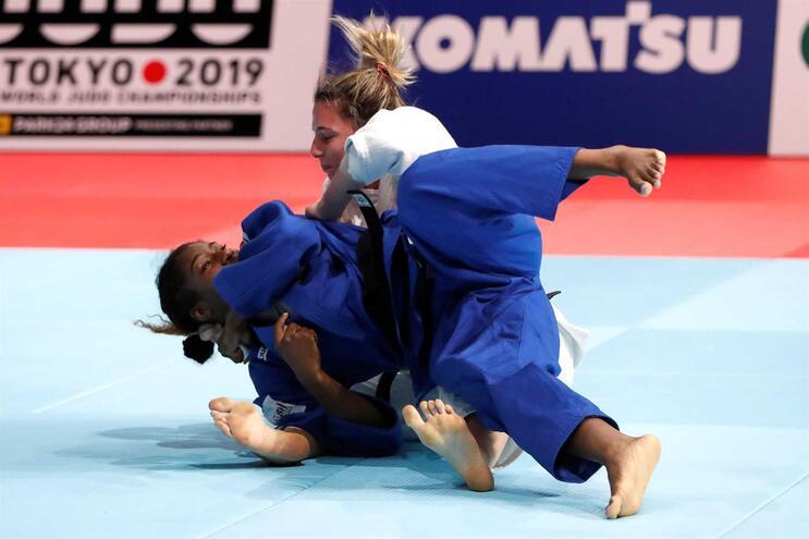 Marie Eve Gahie (de azul) derrotou Barbara Timo na final