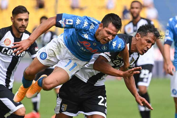 Português Bruno Alves, do Parma, pressiona um adversário