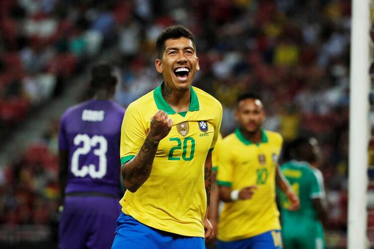 Firmino marca e festeja pelo Brasil