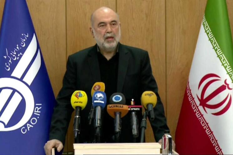 O presidente da Autoridade da Aviação Civil do Irão, Ali Abedzadeh, durante uma conferência de imprensa