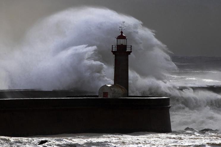 Porto, 01/02/2019 -  Agitação marítima na barra do rio Douro, no farol da Foz (Artur Machado / Global