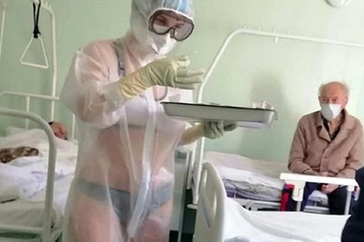 Enfermeira suspensa por usar fato transparente no trabalho