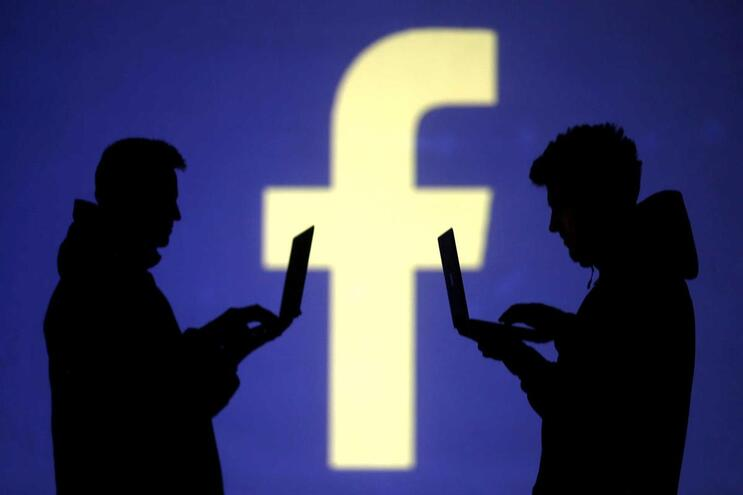 Há uma onda anti-vacinas no Facebook onde reina a desinformação