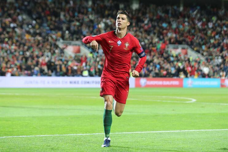 Cristiano Ronaldo já marcou dois golos, esta noite, à Lituânia