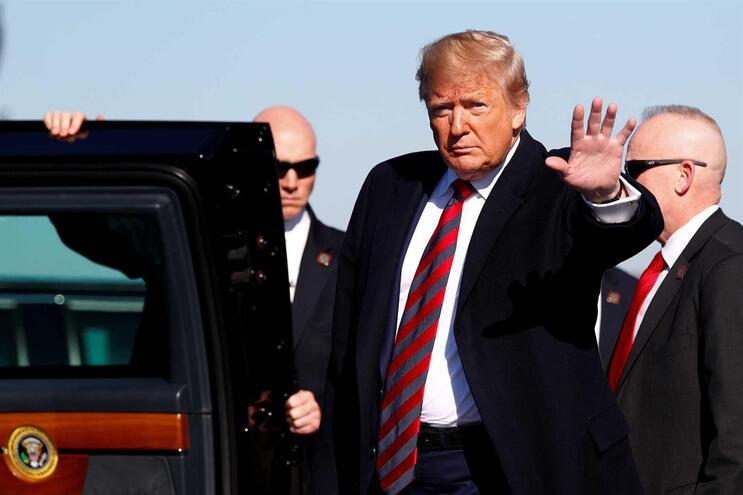 Trump diz que vai revelar transcrição de telefonema com presidente da Ucrânia