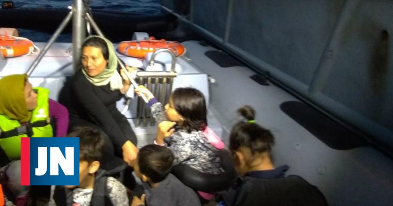 As imagens do resgate de 36 migrantes na Grécia pela Polícia Marítima