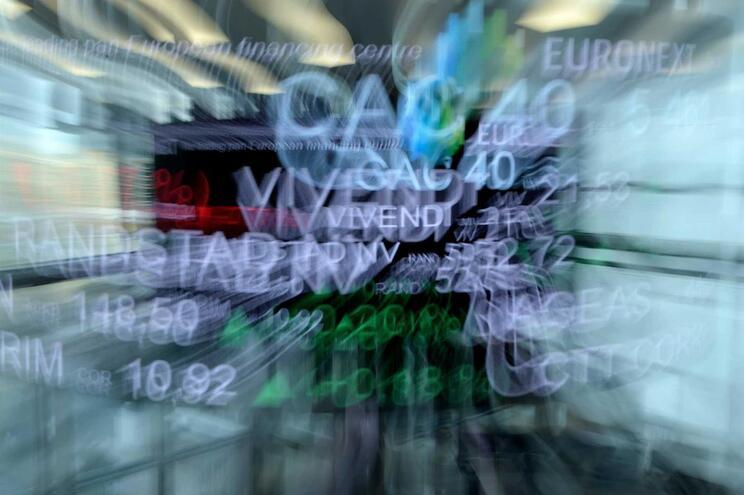 Coronavírus afunda bolsas. Preço do petróleo de Brent cai mais de 30%