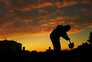 Homem cava sepultura para vítima de covid-19 num cemitério do Rio de Janeiro