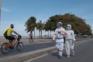 Casal veste-se de astronauta durante caminhadas no Brasil