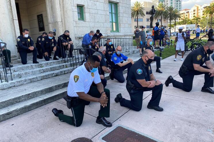 Em Miami, vários polícias ajoelharam-se em frente aos manifestantes
