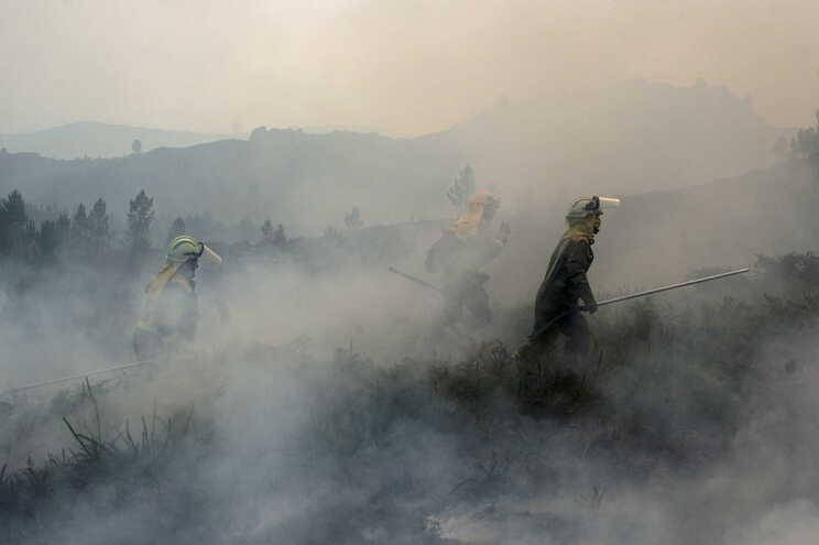 """Incêndio na fronteira do Lindoso """"reduziu intensidade"""" ao fim do dia"""