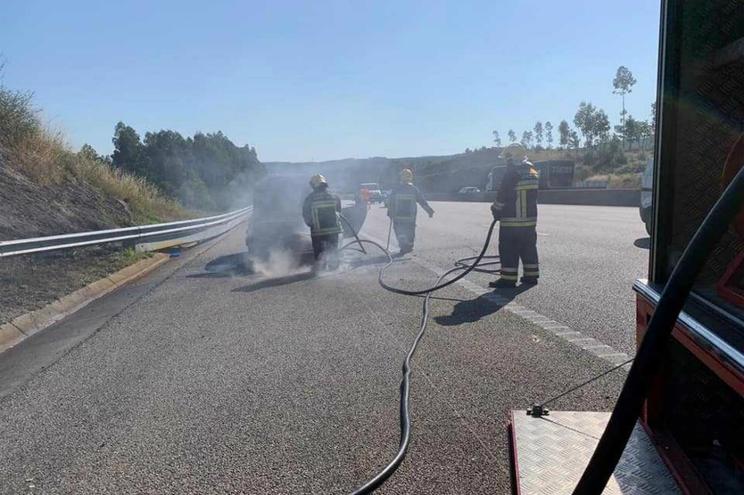 Carro ardeu na A3 em Santo Tirso