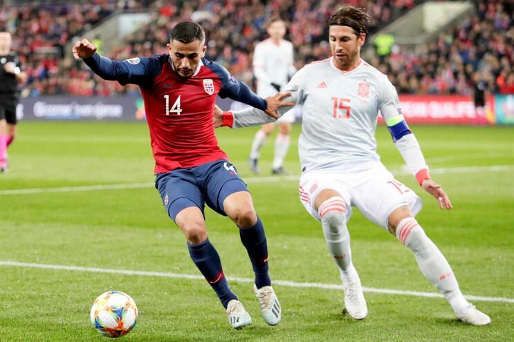 Sérgio Ramos, à direita, tornou-se o jogador mais internacional de Espanha