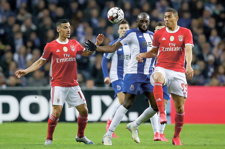 Porto e Benfica ponderam cortar salários