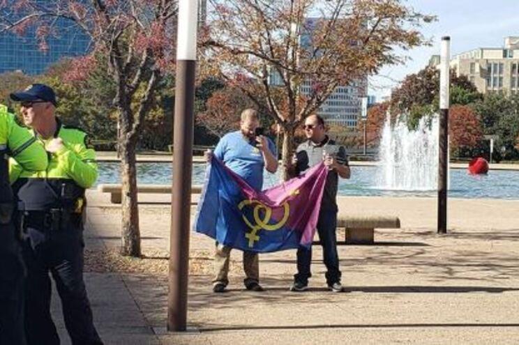 """Marcha do """"orgulho hétero"""" esperava dois mil participantes. Apareceram dois homens"""