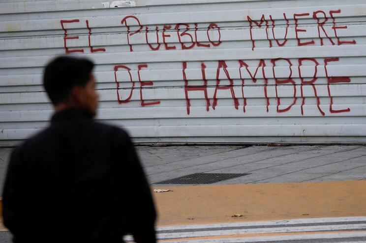 """Na Venezuela """"o povo morre de fome"""", lê-se num mural pintado em Caracas"""
