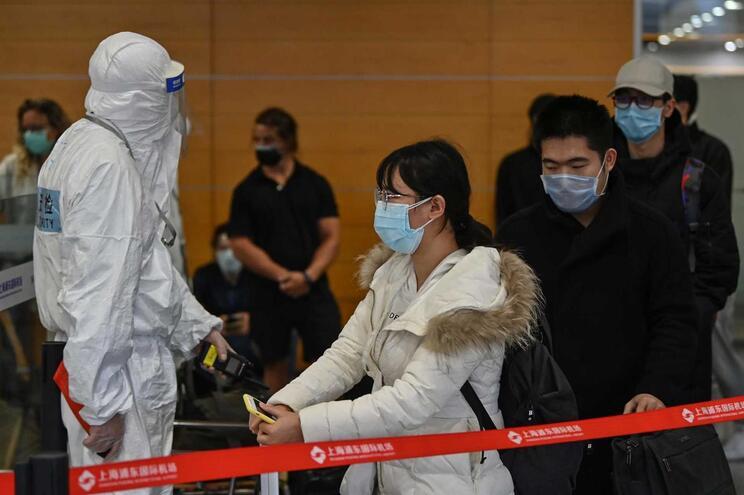 Técnicos especializados fazem os controlos sanitários no aeroporto de Xangai