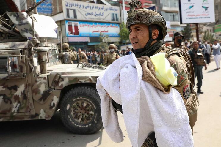 Militares retiraram bebés enrolados em toalhas e cobertores durante a operação de salvamento