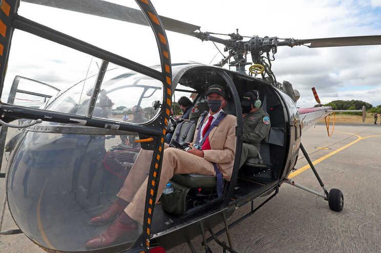 O ministro da Defesa Nacional, João Gomes Cravinho, durante os preparativos para um voo a bordo de um