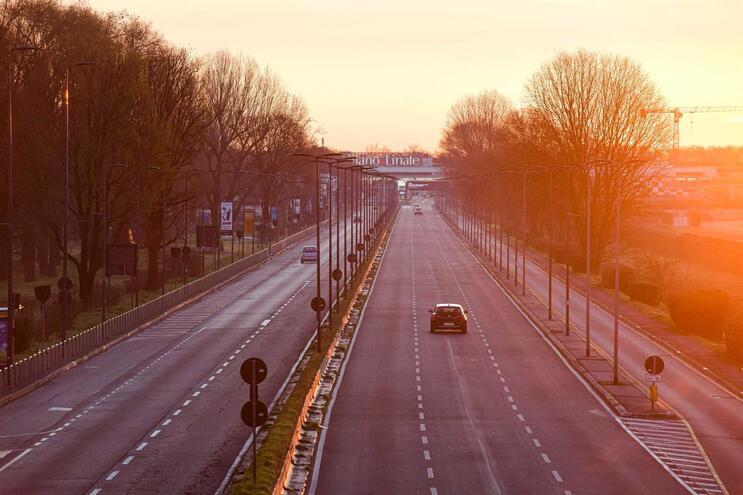 Estrada que liga ao aeroporto em Milão está deserta