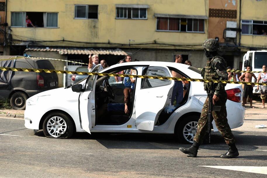 """Resultado de imagem para Bolsonaro diz que 80 tiros de militares contra carro de família foi """"incidente"""""""