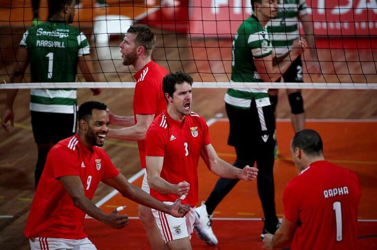 Benfica vence Sporting e assume liderança do nacional