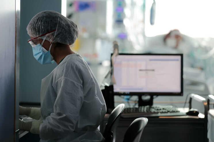 Aumento de casos de covid-19 aumenta pressão no SNS