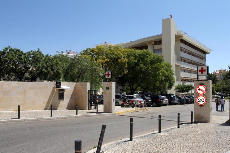 Três trabalhadores estão internados no Hospital de Faro
