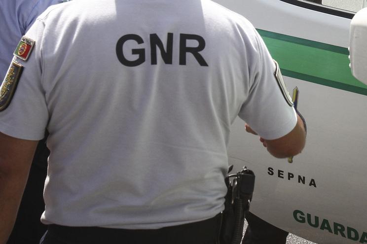 Homem barricado em casa após disparar contra patrulha da GNR
