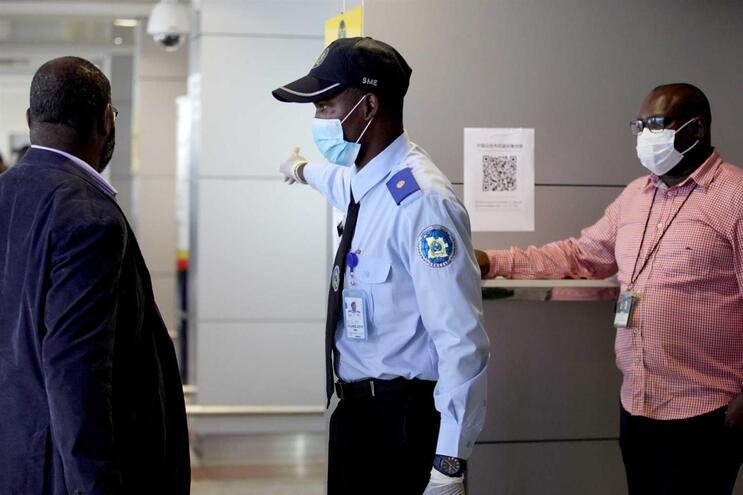Controlo sanitário no Aeroporto de Luanda
