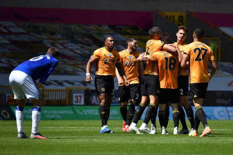 Diogo Jota celebra com os colegas o terceiro golo do Wolverhampton ao Everton