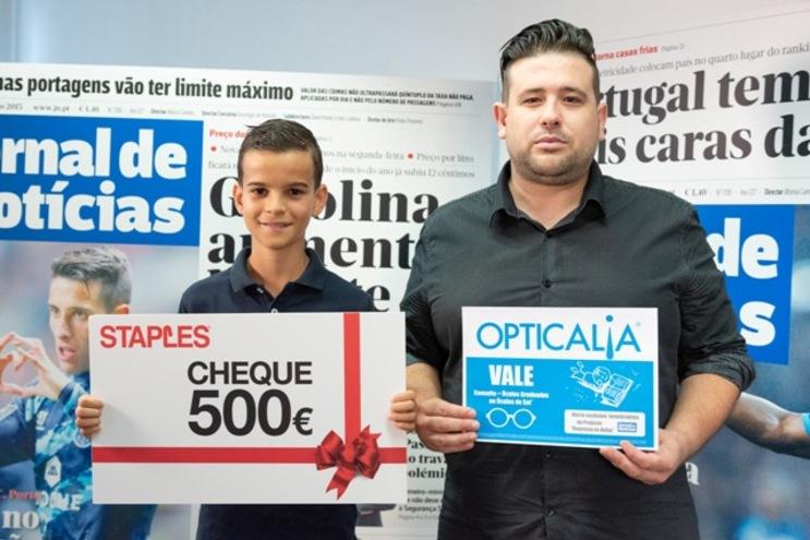 Vasco Guimarães recebe os vales da Staples e Opticalia na companhia do tio Ricardo Ramos