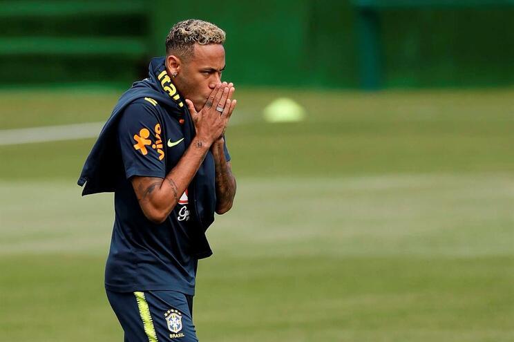 Neymar abandona treino do Brasil com dores no tornozelo