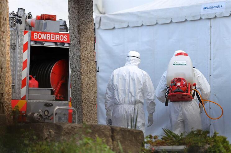 Bombeiros Sapadores de Braga em ação de desinfeção num lar da cidade