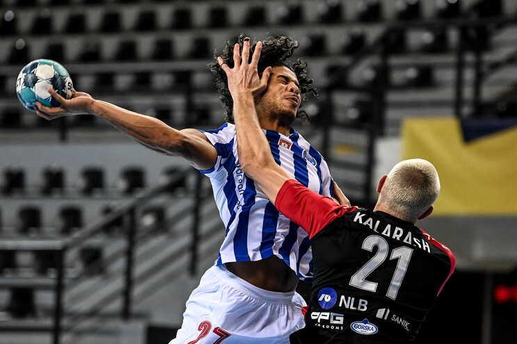 André Gomes, andebolista do F. C. Porto, tenta rematar