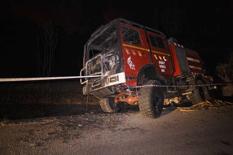 Bombeiros ficaram feridos e viatura foi apanhada pelas chamas
