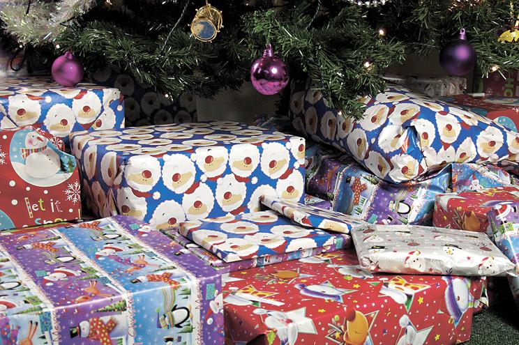 Doar brinquedos, doces e cabazes para um Natal feliz