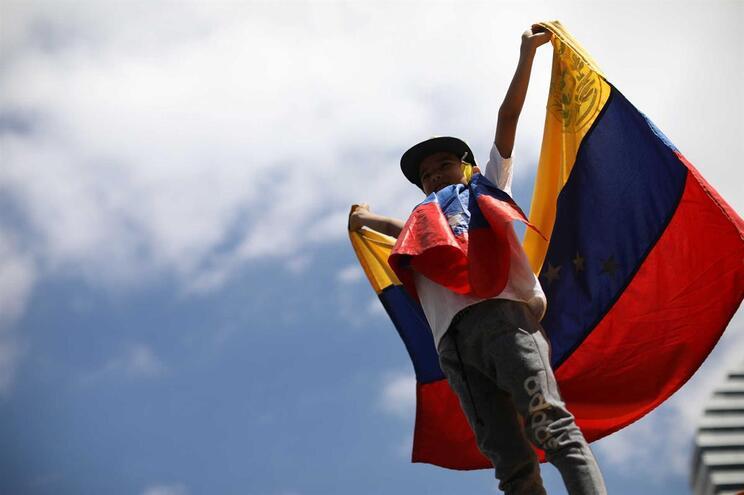 Opositores a Maduro na fronteira com a Colômbia para receberem ajuda humanitária
