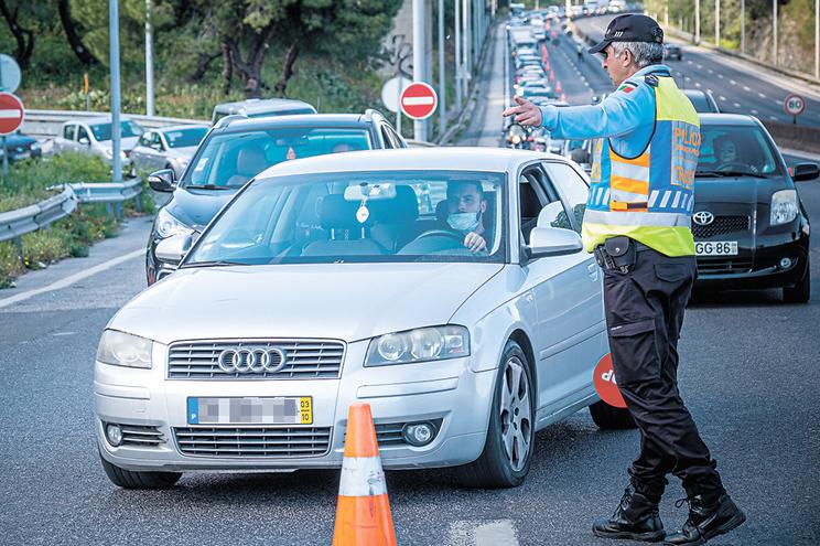 Polícias cortam autoestradas para impedir passeios de fim de semana
