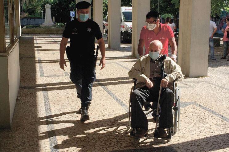 José Augusto Alves está preso e chegou ao tribunal em cadeira de rodas