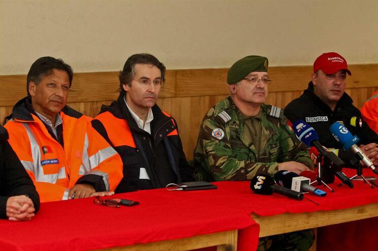 Secretário de Estado da Proteção Civil (à esquerda) acorreu ao teatro de operações
