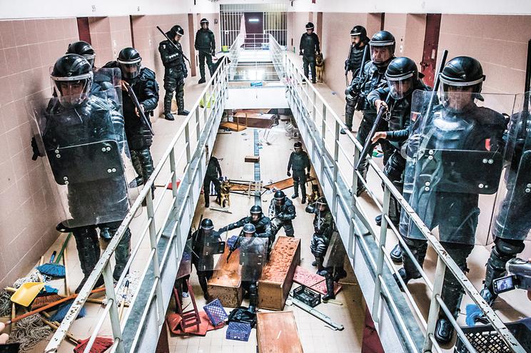 Tráfico de droga sem controlo em cadeia de segurança alta