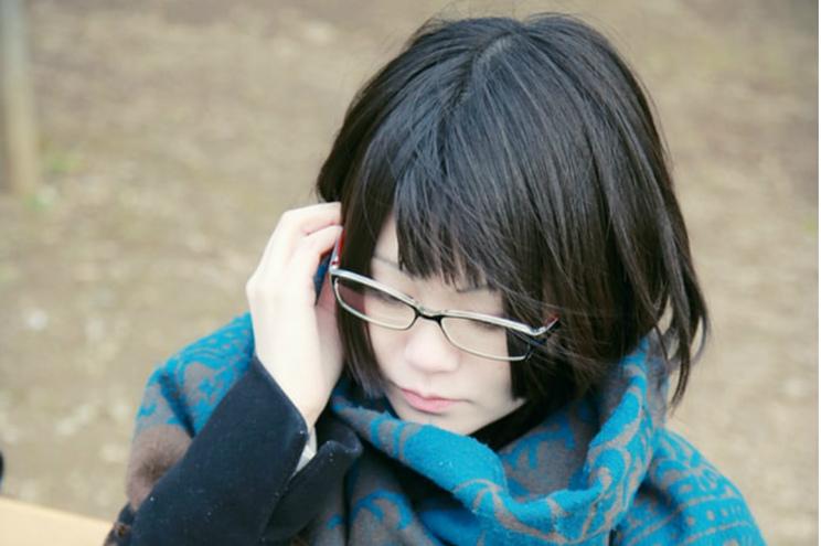 Mulheres proibidas de usar óculos no local de trabalho