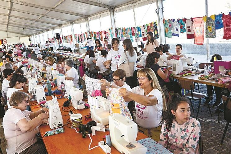 Voluntárias de todo o país aproveitaram o dia para costurar vestidos e calções e para conviver