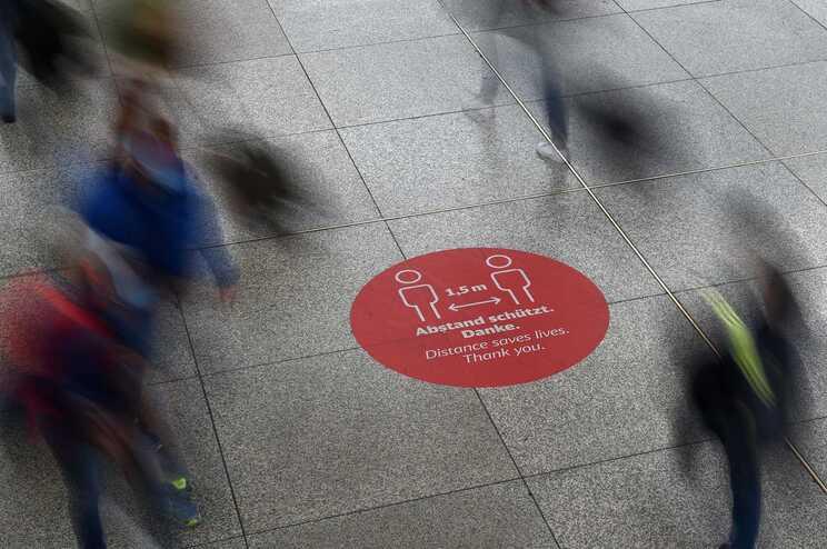 Apelos à manutenção de distanciamento físico na estação de comboios de Munique
