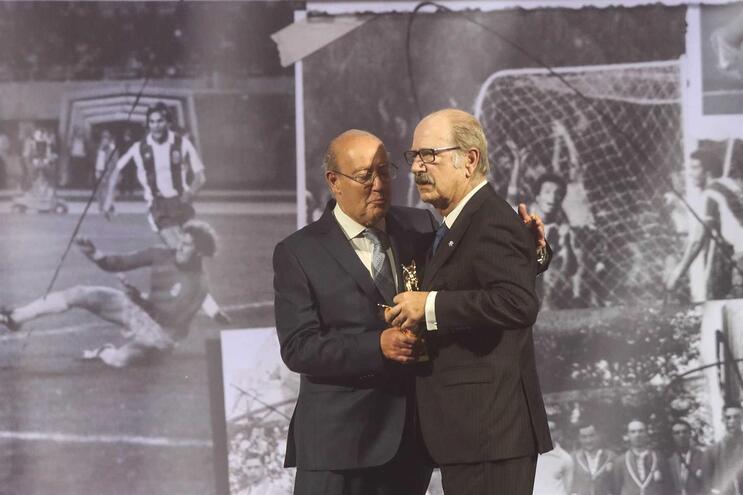 Juiz José Manuel Matos Fernandes recebeu de Pinto da Costa um Dragão de Ouro como dirigente do ano, em